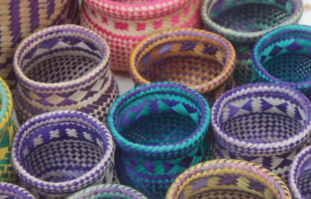 Artesanato colorido é produzido na aldeia