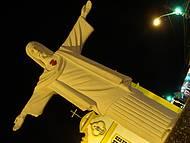 Detalhe à noite, o Cristo em frente à Igreja em Arraial D'ajuda
