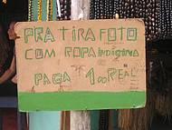 Placa em tenda de artesanato indígena, bem pitoresco.