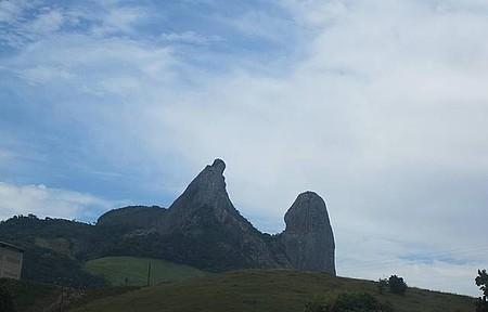 Pedra do Frade e a Freira - Cartão-postal da região