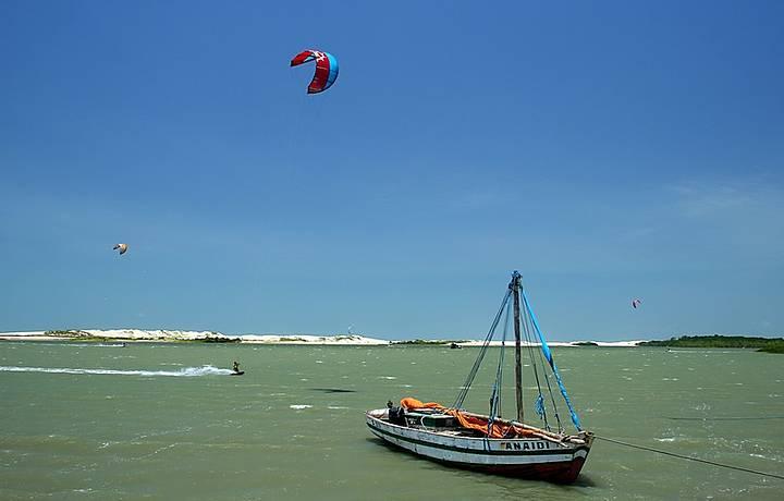 Turma do kitesurf se reúne na praia de Olho d'Água