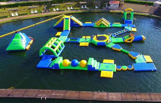 Parque aquático de flutuantes é diversão garantida!