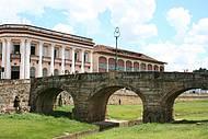 Cart�o-postal re�ne Ponte da Cadeia e pr�dios coloniais