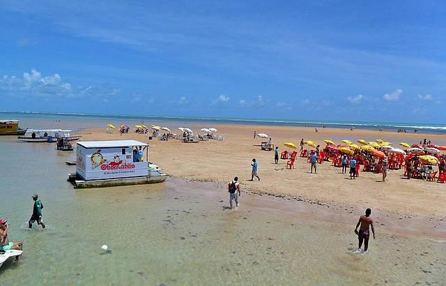 Turistas em areia vermelha