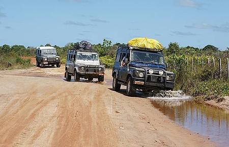 Fazer um jipe tour - Veículos encaram estradas precárias de terra e barro