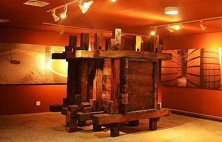 Museu da Cachaça - Relíquias, como o moinho, mostram o processo de produção