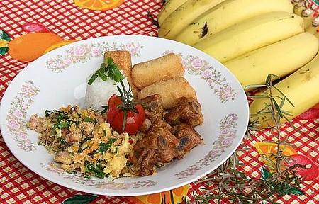 Bem Temperado - Pratos com costelinha, farofa de couve e banana sempre presentes!