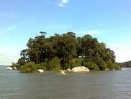 Uma das inúmeras ilhas avistadas durante a travessia da balsa