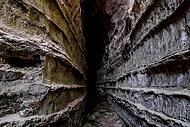 Túneis estreitas ligam a caverna de uma ponta a outra
