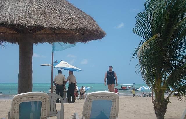 Seguran�as na praia do resort.