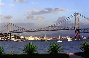 Avenida Beira Mar Norte e Ponte Hercílio Luz