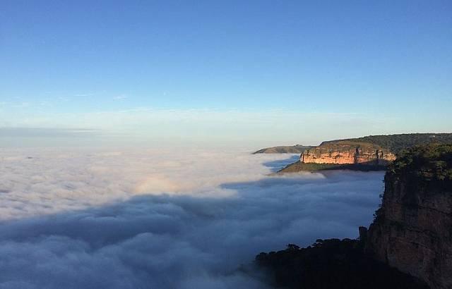 Nuvens enfeitam ainda mais a paisagem perfeita