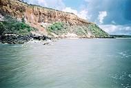 Encontro do Rio Tinto com o mar, litoral norte da Paraíba, trecho de Miriri