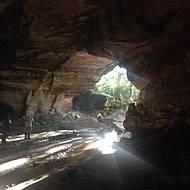 De dentro, aprecia-se a grandiosidade de caverna