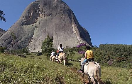 Cavalgada - Passeio a cavalo leva aos arredores da Pedra Azul