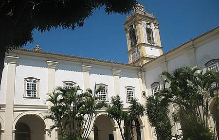 No primeiro claustro, vista para a torre da igreja do Carmo