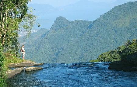 Cachoeira do Bracuí - Vista do mar no precipício da queda d´água