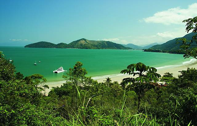 Águas verdes são características marcantes da praia da Enseada