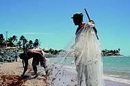 Pescadores marcam presença na orla