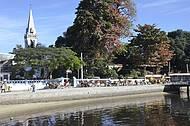 Charretes aguardam visitantes ao lado das barcas