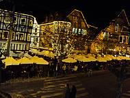 Vista noturna das mesinhas do Baden Baden na calçada