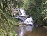 Cachoeira dos Amores forma piscina natural