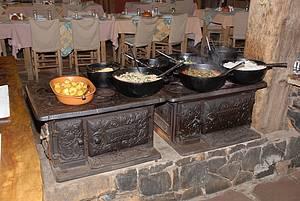 Mesa farta: Feijão-tropeiro e arroz-de-carreteiro são preparados no fogão à lenha -