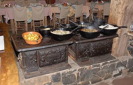 Mesa farta - Feijão-tropeiro e arroz-de-carreteiro são preparados no fogão à lenha