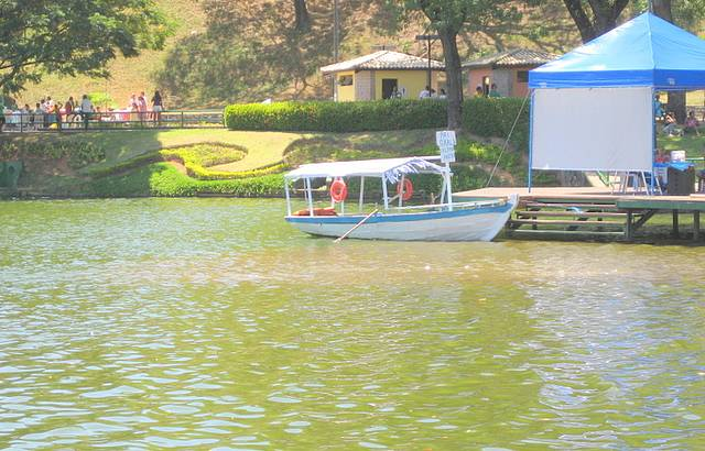 Com barco da passeio.