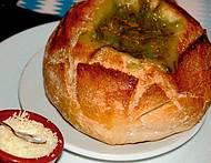 Entre as delícias, caldo verde no pão italiano