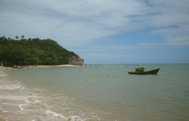 Praia tranquila, mar transparente e de uma beleza delicada.