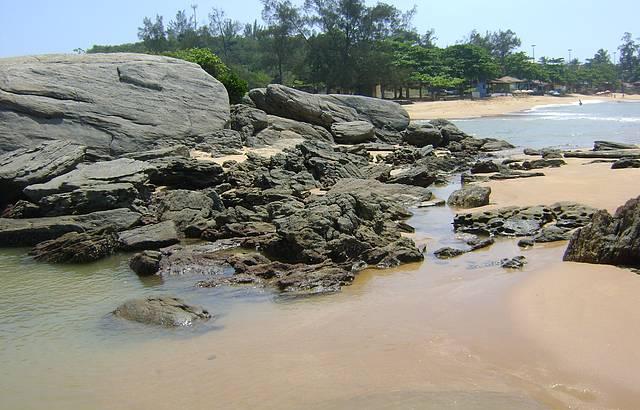 Lindo lugar nas pedras na ponta da praia de Setiba.
