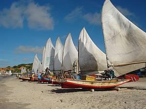 Praia das Fontes: Jangadas enfeitam o belo cenário<br>