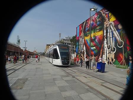 Praça Mauá / Zona Portuária - VLT passa ao lado do painel do artista Kobra