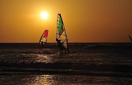 Windsurf enfeita ainda mais a paisagem