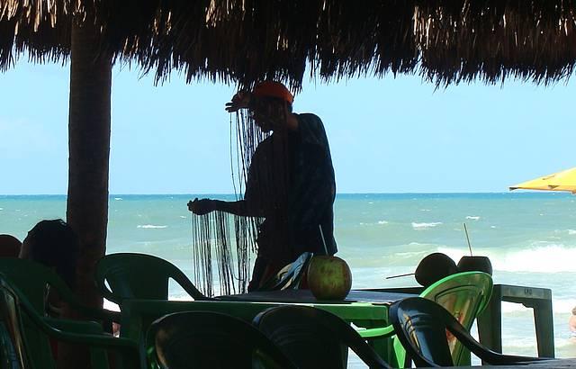 Vendedor de balangand�s na Praia do Futuro