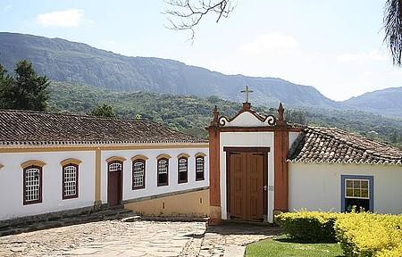 Passo de Cristo - Casario e serra de São José emolduram a paisagem