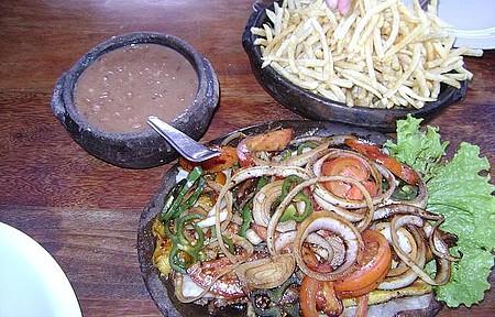 Itaúnas - Almoço do restaurante que fica em frente a praça