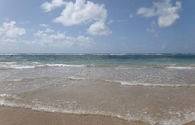 Praia limpa e água mto cristalina.