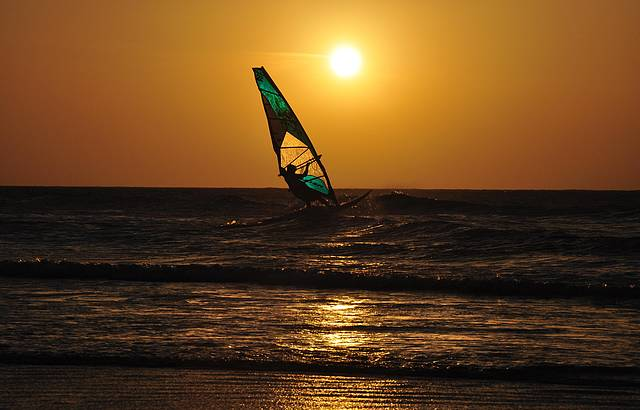 Pôr do sol com Windsurf
