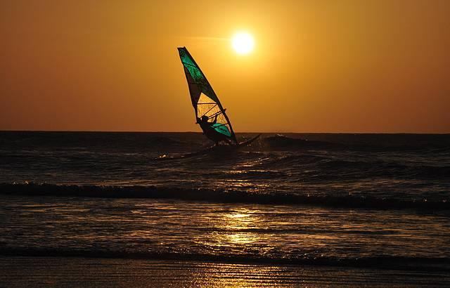 Pôr do sol com Windsurf