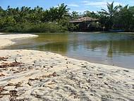 Rio de águas límpidas que corta a Praia do Espelho