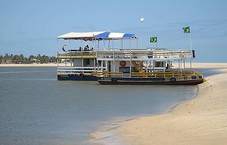 Barra do Cunhaú - Balsa garante a travessia de turistas e nativos