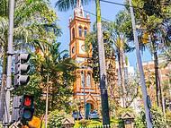 Semáforo indica igreja de São José logo à frente