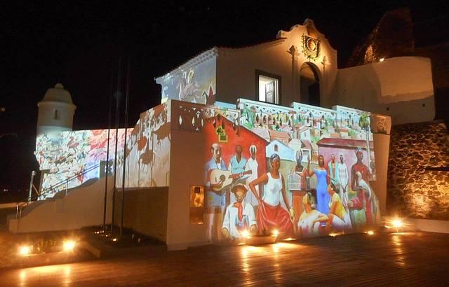 Obras de Carybé projetadas na fachada do Forte São Diogo