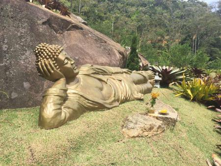 Altar de Buda dá as boas vindas aos visitantes