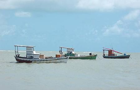 Barcos dos Pescadores. - Manhã de Sol na Praia.