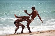 Brincando capoeira. Um dia perfeito na praia.