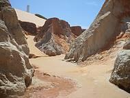 Labirinto e areias multicoloridas em Morro Branco