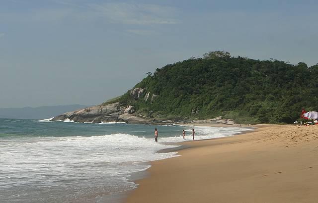 Apesar do mar agitado, a praia é ótima